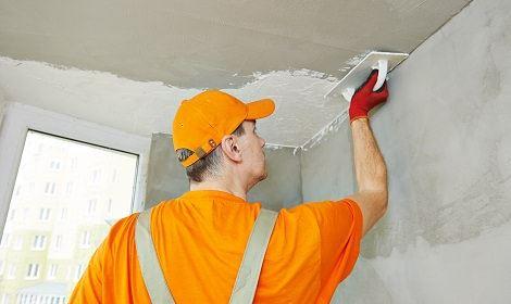 Stukadoor werkt aan het plafond