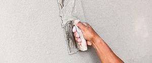 Stukadoor bezig met het pleisterwerk